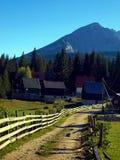 Góra, wiejska droga Zdjęcia Royalty Free