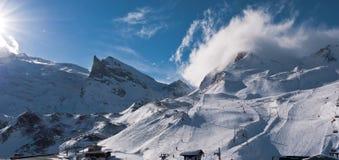 Góra wierzchołek zakrywający chmurą Obrazy Stock