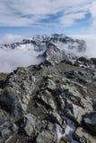 góra wierzchołki w jesieni zakrywającej w mgle lub chmurach Fotografia Royalty Free