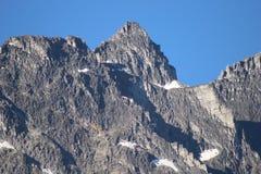 Góra wierzchołek Przeciw niebieskiemu niebu Obraz Stock