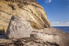 Góra z ampuła kamieniem w przodzie przy plażą zdjęcia stock
