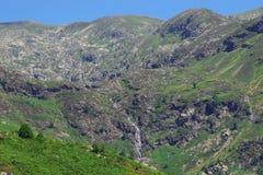 Góra z swój zielonymi strumieniami i łąkami obraz royalty free