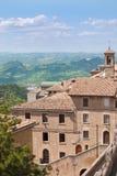 Górkowaty krajobraz i domy z wierzchu San Marino zdjęcia stock