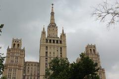 Górne piętra mieszkaniowy Stalinowski drapacz chmur na Kudrinskaya Obciosują Obraz Stock