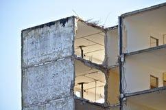 Górne piętro porzucony budynek mieszkaniowy w trakcie wyburzającego z ampuł dziurami w ścianach Zdjęcie Stock
