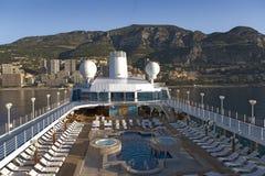 Górnego pokładu pływacki basen insygni Oceania statek wycieczkowy Europa, gdy ja pływa statkiem Śródziemnomorskiego ocean fotografia stock