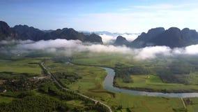 Górnego widoku bezbrzeżny średniogórze z dolinnymi wzgórzami w chmurach zbiory wideo