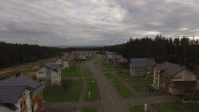 Górnej widok chałupy wioski Długa ulica przeciw lasowi zbiory