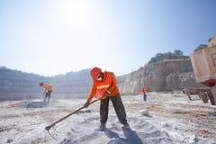 Górnicy pracuje z kopalnictwa narzędziem w zakurzonym i pieczenie gorący Kamienny m obraz stock
