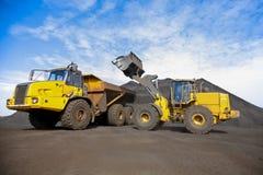 Górnicza usyp ciężarówka i koło ładowacz dla odtransportowywać mangan fo zdjęcia stock