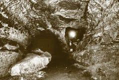 Górnika mężczyzna metro w kopalnianym tunelu Pracownik w kombinezonach, zbawczy hełm Obraz Royalty Free