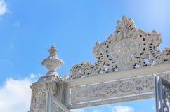 Górny czerep biel rzeźbił marmurową bramę Dolmabahche pałac przeciw niebieskiemu niebu fotografia royalty free