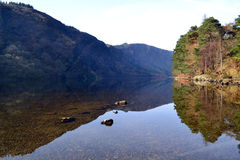 Górny jezioro w Glendalough Irlandia obrazy stock
