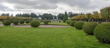 Górny park tworzył pod Tsar Peter Ja Ja lokalizuje w Peterhof między St Petersburg aleją i Uroczystym Peterhof zdjęcia royalty free