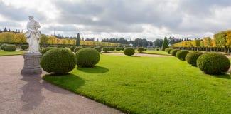 Górny park tworzył pod Tsar Peter Ja Ja lokalizuje w Peterhof między St Petersburg aleją i Uroczystym Peterhof obraz royalty free