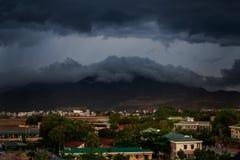 górny widok miast ciemni thunderclouds nad miasto góry Obraz Stock