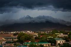 górny widok miast ciemni thunderclouds nad miasto góry Obrazy Stock