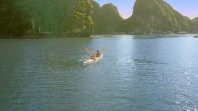 Górny widoku faceta dziewczyny wiosła kajak z Paddles na Jaskrawym słonecznym dniu zbiory