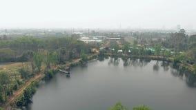 Górny widoku jezioro otaczający drzewami odbija w wodzie zbiory