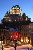 Górska chata Frontenac przy półmrokiem w zimie, Quebec Zdjęcie Stock
