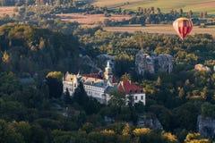 Górska chata Hruba Skala w Artystycznym raju z gorące powietrze balonem fotografia royalty free