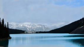 Górska chata Jeziorny Louise w Kanadyjskich Skalistych górach w wiośnie zdjęcia stock