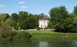 Górska chata na Saone brzeg rzeki, Bourgogne Obrazy Royalty Free