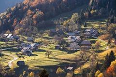 Górska wioska w Alps, domy na wzgórzach w tradycyjnym sty Obrazy Stock