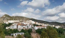 Górska wioska z nieba tłem fotografia stock