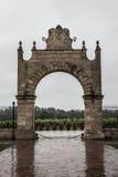 Górskiej chaty Clos d'estournel wejścia łuk, święty Estephe, prawy bank, bordowie, Francja Obraz Royalty Free