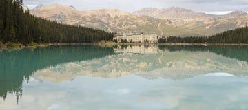 Górskiej chaty Louise Jeziorna panorama Zdjęcia Stock
