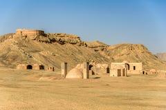 Góruje cisza w jałowej pustyni pod jasnymi niebieskimi niebami zdjęcia royalty free