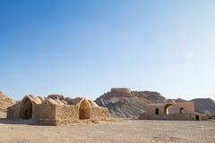Góruje cisza w Yazd, Iran, po środku pustyni Także znają jako Dakhma, Te górują używali w Zoroastrian religii obraz royalty free