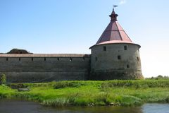 Góruje i ściana Oreshek forteca w Shlisselburg na Jeziornym Ladoga, St Petersburg, Rosja obrazy stock