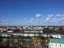 Góruje i architektoniczni elementy antyczny Kremlin na tle odgórny widok miasto, lokalizować na bankach obrazy stock