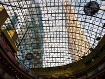 Góruje miasto przez szklanej kopuły fotografia royalty free