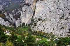 G?ry ?ciana i Sarca rzeka widzie? od tama i Sarche, Madonna Di Campiglio drogowych - obraz stock