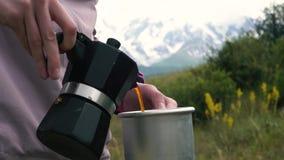góry campingowe Dziewczyna przygotowywa kawę na gejzer kawy maszynie Kobieta nalewa w aluminiowego kubek zbiory wideo