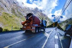 Góry, cement ciężarówka i ich odbicie w stronie campervan, obraz stock