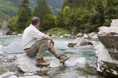 góry creek wycieczkowicza posiedzenia Obraz Stock