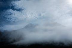 Góry, dramatyczne chmury i mgła, Fotografia Royalty Free