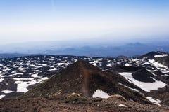 Góry Etna szczyt z śnieżnymi i powulkanicznymi skałami, Sicily, Włochy Zdjęcie Royalty Free