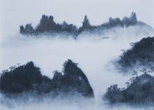 Góry i chmury przy półmrokiem Zdjęcie Royalty Free