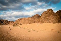 Góry i chmury przy zmierzchem Arabska pustynia, Egipt fotografia royalty free