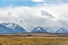 Góry i chmury sceneria, Nowa Zelandia Fotografia Stock