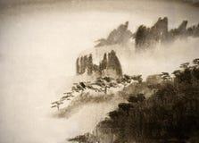 Góry i gęsta mgła Zdjęcia Royalty Free