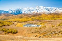 Góry i jezioro Krajobrazowa panorama Fotografia Stock
