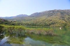 Góry i jezioro na wyspie Crete, Grecja zdjęcia royalty free