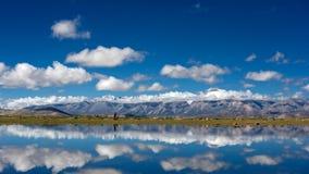 Góry i jezioro w Tybet Plateau Zdjęcie Royalty Free