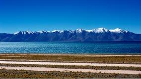 Góry i jezioro w Tybet Plateau Obrazy Stock